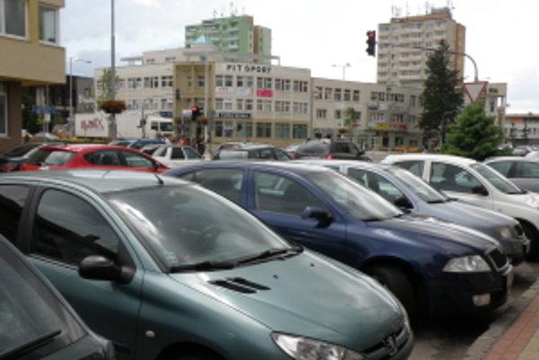 Parkovanie v Senici je už vyše dvoch mesiacov spoplatnené.