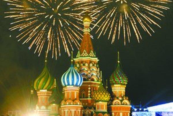 Novoročný ohňostroj nechýbal v Moskve a strieľal aj nad mexickým zlatým Anjelom nezávislosti. Ulice New Yorku prikryl oslavujúci dav konfetami.
