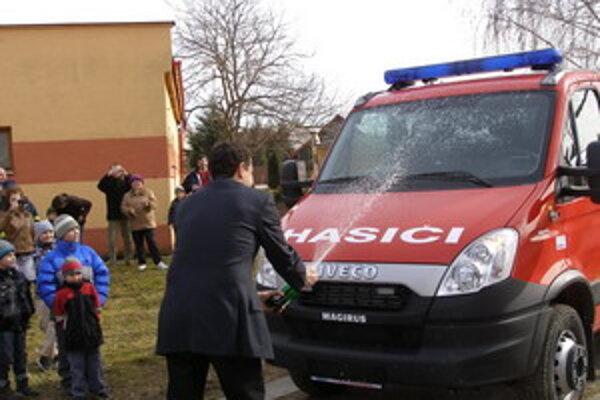 Minister pokrstil nové vozidlo.