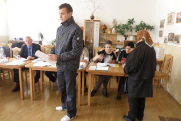 Volebný okrsok č.1 v Holíči. Záujem voliť majú všetky generácie.