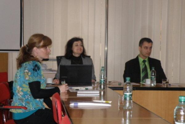 Zástupcovia ÚPSVaR Senica na pracovnom stretnutí v Skalici.