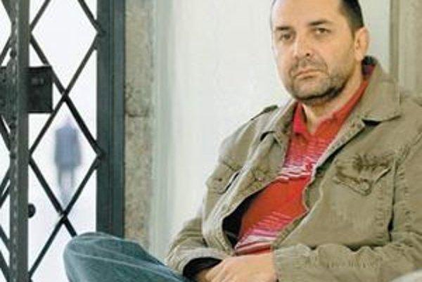 Michal Murín (1963) - v roku 1985 ukončil štúdium Vysokej školy ekonomickej v Bratislave a v roku 2001 Fakultu umenia na Vysokom učení technickom v Brne. Od roku 1991 spoluvytvára časopis Profil súčasného výtvarného umenia. Viedol Galériu Slovenskej spori