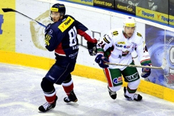 V zápase sa v priamom súboji stretli aj slovenské hokejové legendy, Miroslav Šatan (vľavo) a Žigmund Pálffy.