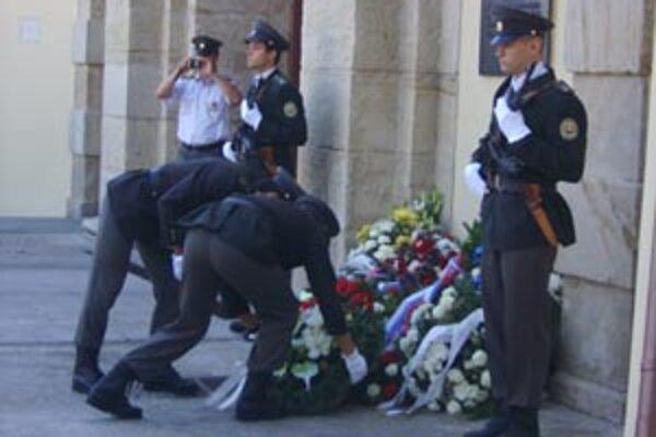 Pietna spomienka na tých väzňov, ktorí sa dnešku už nedožili - pred bránou do leopoldovskej väznice.