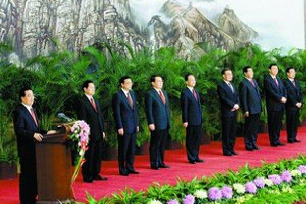 Prezident Chu (pri mikrofóne) predstavuje členov politbyra. V strede je vychádzajúca hviezda Li Kche-čchiang.