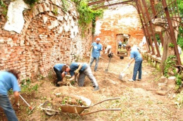 Na revitalizácii skleníka a parku pracujú dobrovoľníci.