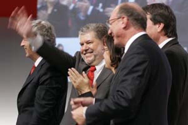 Staronový šéf SPD Kurt Beck (v strede) zavelil obrat doľava.