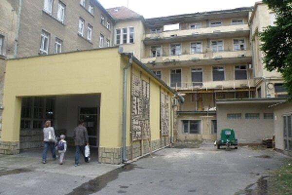 Rekonštrukcia skalickej nemocnine prebieha za plnej prevádzky. Všetci pacienti sú ošetrení.