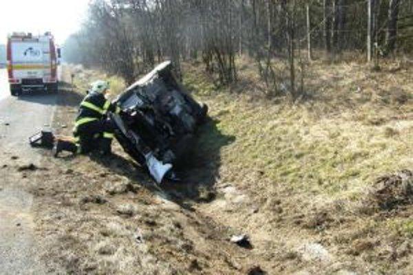 Vodič sa s autom prevrátil na bok a utrpel ľahšie zranenia.