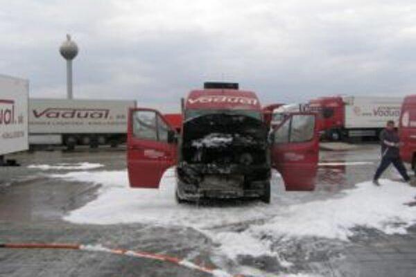 Dodávka zhorela po technickej poruche batérie.