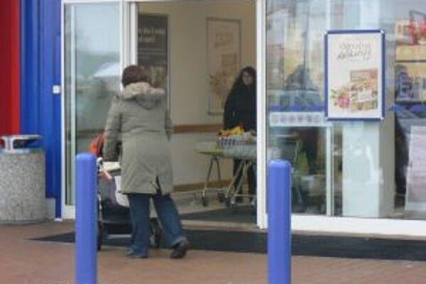 Dvere hypermarketu dôchodkyňu udreli a dopadla na tvrdú podlahu.