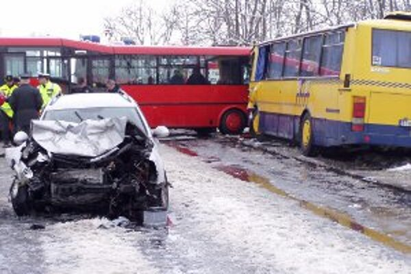 Nehoda autobusov a osobného auta uzavrela cestu medzi Jablonicou a Senicou.