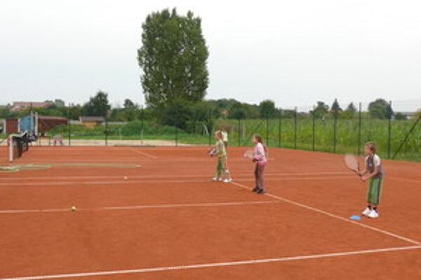 Na nových ihriskách už trénujú malé tenisové nádeje.
