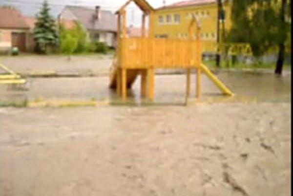 Voda v Chropove sa liala po uliciach.