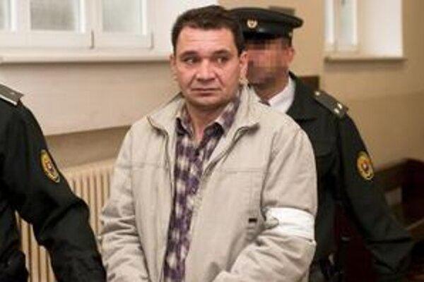 Príslušníci Justičnej stráže privádzajú obvineného Tibora P. na pojednávanie Okresného súdu Bratislava I v kauze brutálnej vraždy 55-ročného pracovníka bezpečnostnej služby.