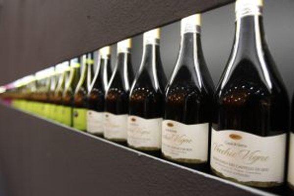 Pohľad na fľaše červených vín.