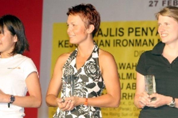 Tri najlepšie v kategórii 25 - 29 rokov. Zľava víťazka Kimiko Senzai z Japonska, druhá Andrea Dermeková a tretia Sim Adel Zulin z Malajzie.