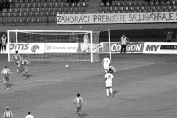 Senická obrana márne stíha prešovského Katonu (č. 11). Ten po dlhom sóle zvýšil vedenie Prešova na 0:2.