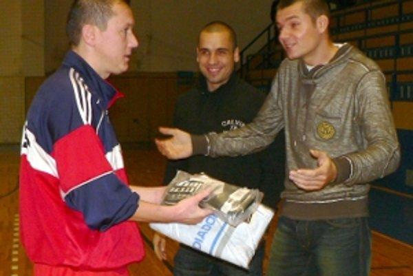 Cenu pre najlepšieho hráča turnaja odovzdáva Stanislav Velický (vpravo).