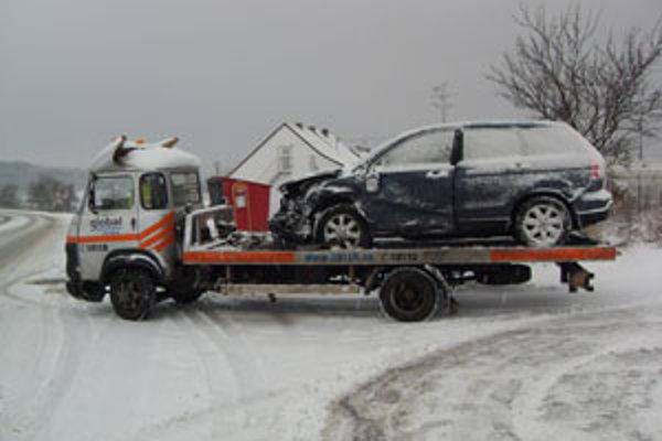 Auto za Senicou museli ráno odviesť muži z odťahovej služby.