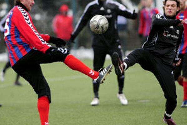 Andrej Burza (vpravo) z MFK Petržalka a Jiří Homola z FK Senica v súboji o loptu v zápase E skupiny na zimnom futbalovom turnaji Tipsport liga 2010 v Bratislave.