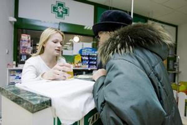 Ľudia za posledné týždne skôr nakupovali rúška.