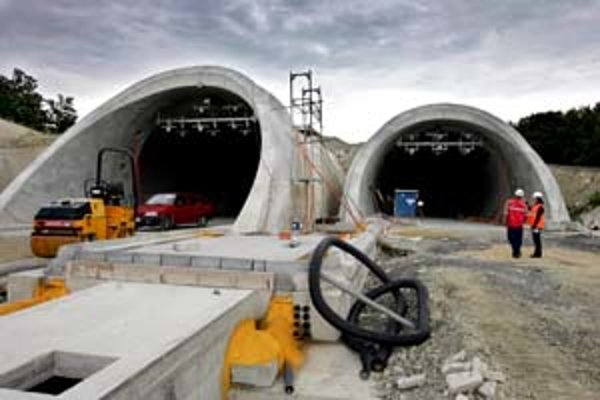 Ak sa má dokončiť diaľničné spojenie medzi Bratislavou a Košicami, je potrebné postaviť jedenásť tunelov. Rýchlosť ich výstavby na Slovensku je však pomalá.