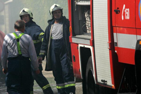 V Holíči dnes horelo, žena vyskočila z okna.