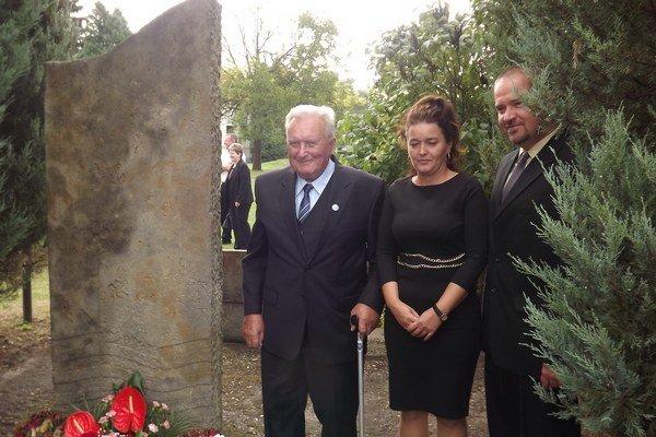 Spolu so zástupkyňou starostky obce Erikou Bohoňovou a poslancom Štefanom Štefankovičom si uctili pamiatku obetí povodne kyticou kvetov.