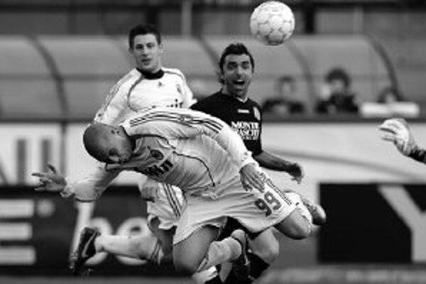 Touto hlavičkou po centri Pirla dal Brazílčan Ronaldo prvý z dvoch gólov v drese AC Miláno do siete Sieny. AC vyhralo 4:3, Ronaldo s novým číslo 99 dal dva góly.