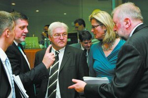 Šéfovia diplomacií počas zasadnutia Rady EÚ v Bruseli. FOTO – REUTERS