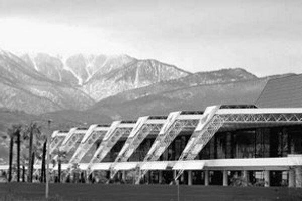 Krásne horstvo v susedstve medzinárodného letiska, ktoré dosiaľ slúžilo najmä letným návštevníkom. S prestavbou terminálu v Adleri sa už začína.