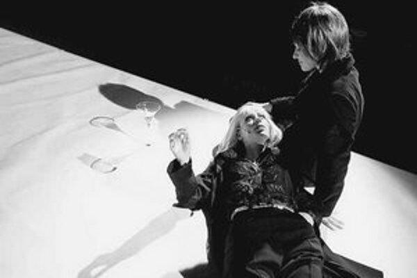 Vladena Škorvagová a Dana Karolová v inscenácii Medea.