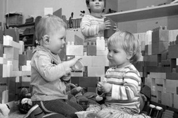 Budú rakúske deti, ktoré chodia odmalička do škôlky trpieť traumou, že neboli pri mame?