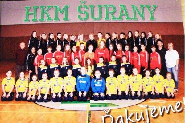 Spoločná fotografia na ktorej sú všetky družstvá HKM Šurany po úspešnej sezóne 2014/2015.