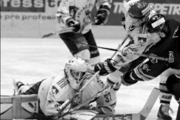 Slovanista Dušan Pašek (vpravo) strieľa druhý gól za chrbát brankára Popradu Radovana Hurajta, domáci viedli v 23. minúte 2:0. V druhej tretine sa však Slovanu zápas vymkol z rúk a duel 37. kola nakoniec prehral 3:6.