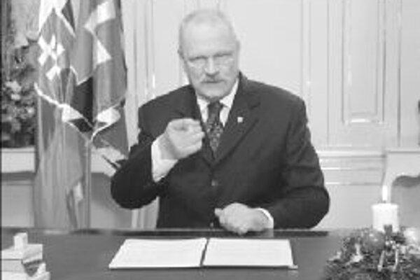 Ivan Gašparovič vždy pri svojich novoročných prejavoch sedí.