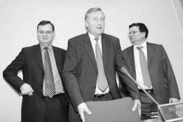 Minister sociálnych vecí Petr Nečas, premiér Mirek Topolánek a šéf diplomacie Alexandr Vondra na zasadaní českej vlády.