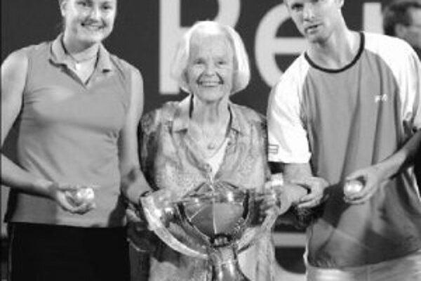 Víťazný pár Dmitrij Tursunov a Naďa Petrovová prevzal pohár od pani Lucy Hopmanovej.