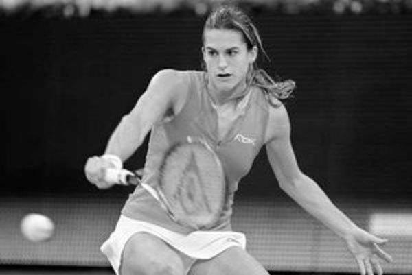 Francúzska tenistka Amelie Mauresmová v zápale boja na dvorci.