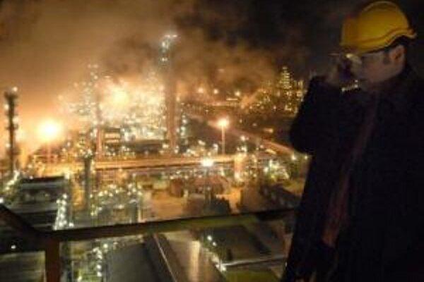 Ropa prestala včera večer prúdiť na Slovensko, do Česka aj Maďarska. Zásoby rafinérií však dovoľujú ropu naďalej spracovávať.