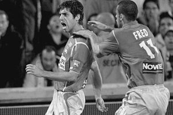 Brazílsky režisér hry Lyono Juninho (vľavo) sa spolu so svojím spoluhráčom Fredom teší z gólu do siete Marseille.