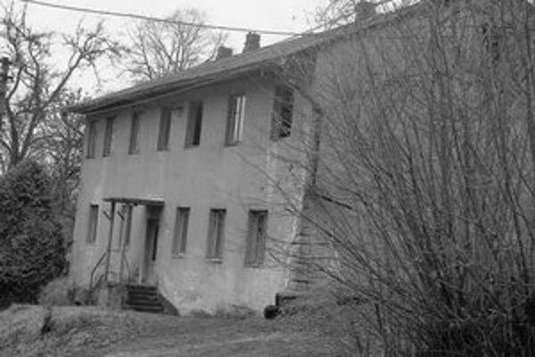 Spustnutý dom, v ktorom rodina žila. Starosta hovorí, že išlo o problematickú rodinu a matka bola alkoholička. FOTO PRE SME – ALENA BARTOKOVÁ