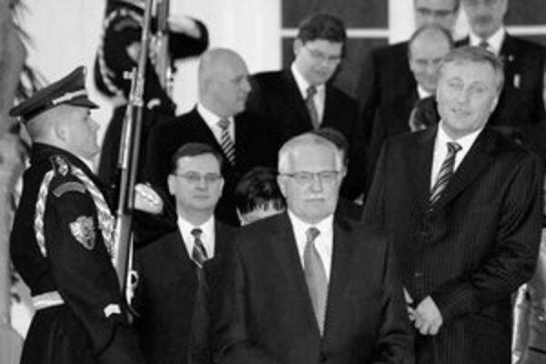 Prezident Václav Klaus druhýkrát vymenoval Topolánkovu vládu.