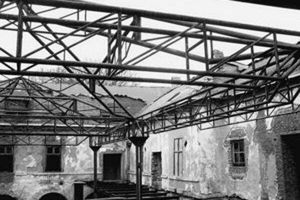 Areál kaštieľa je zničený.