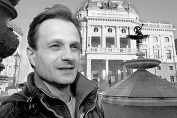 Jozef Dolinský vyštudoval kulturológiu na Filozofickej fakulte Univerzity Komenského v Bratislave. Je vedúcim sólistom Baletu Slovenského národného divadla. Bol jedným z prvých nositeľov prestížneho ocenenia Kvet baletu za mimoriadne interpretačné výkony.