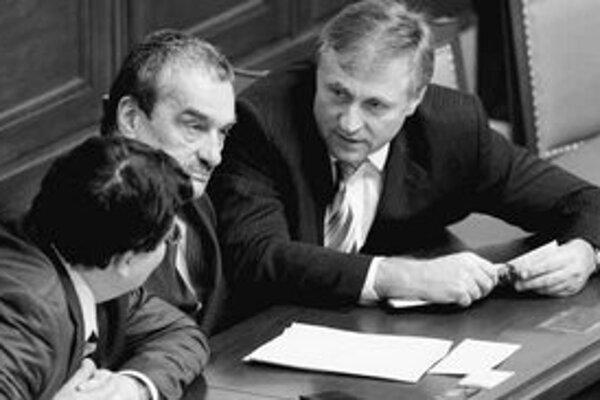 Premiér Topolánek (vpravo) debatuje so šéfom diplomacie Schwarzenbergom.