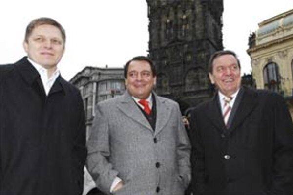 Robert Fico sa na pozvanie Jiřího Paroubka stretol s Gerhardom Schrőderom v Prahe.