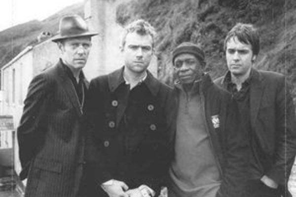 (Zľava) Simonon, Albarn, Allen a Tong.