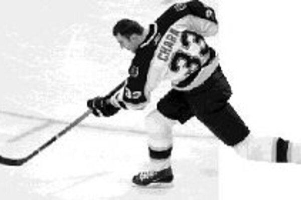 Najvyšší hráč v NHL (205 cm) Zdeno Chára vie vystreliť puk rýchlosťou viac ako 160 km/h. .